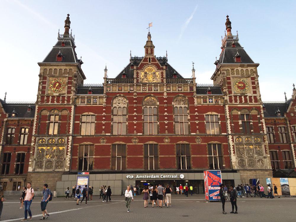 Toerist in eigen land: Het Centraal station van Amsterdam.